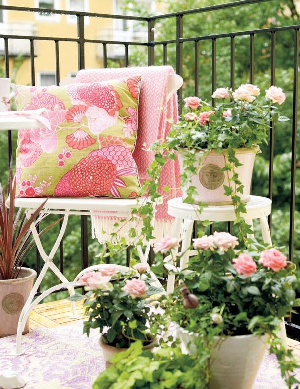 ban-cong-day-hoa-va-nang-41 Đẹp với hoa và nắng ngoài ban công