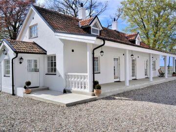 Sự kết hợp hoàn hảo giữa nội thất mộc và sắc trắng lãng mạn.