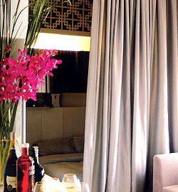 Phòng ngủ được ngăn phòng  khách bằng một tấm rèm cơ động